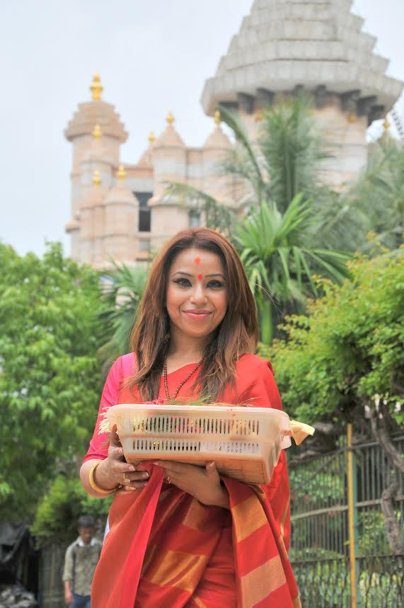singer raina agni visits siddhivinayak temple with first copy of