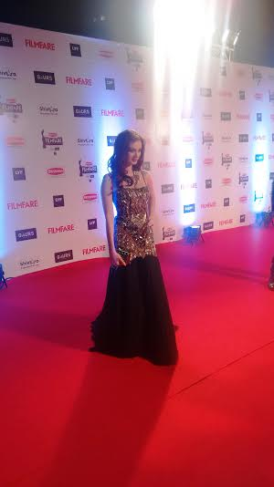 Evelyn Sharma Stuns on the Red Carpet at Filmfare Award 2016!