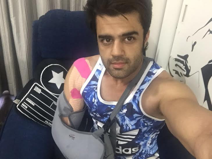 Manish Paul, shoulder