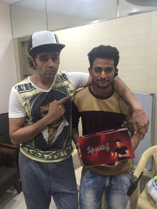 Manish Paul, gifts, shoes, crew, Jhalak Dikhhla Jaa 9