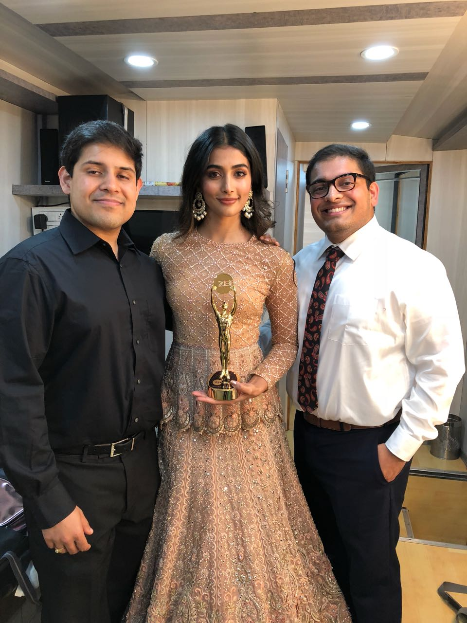 Pooja Hegde, Most Favourite Actress, Zee Golden Awards 2017!